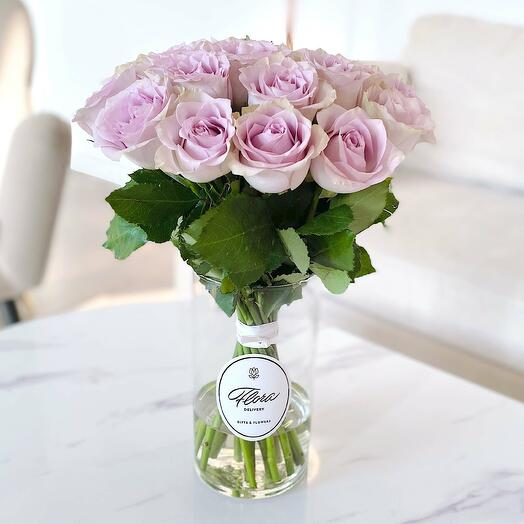21 сиреневая роза в вазе