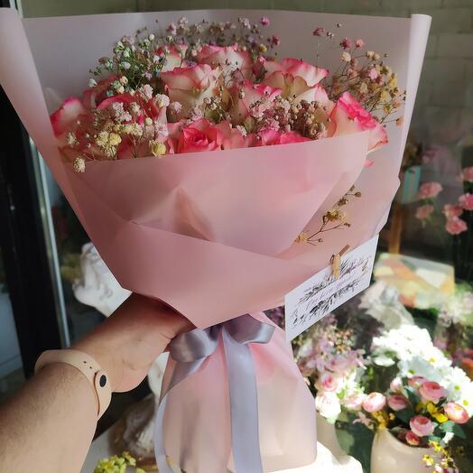 Букет из роз и гипсофилы