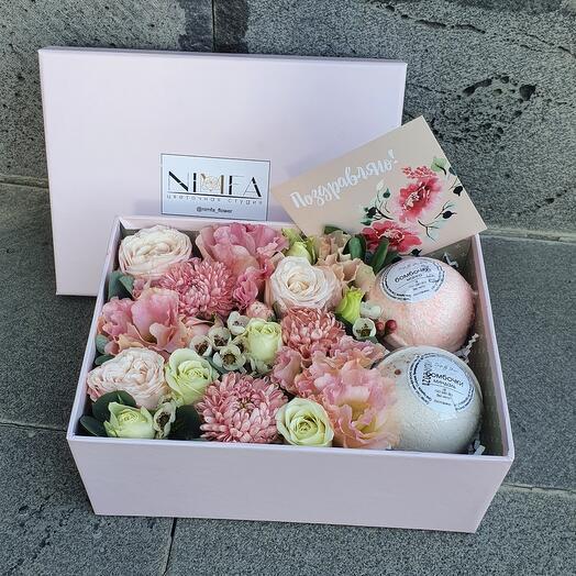 Цветы и подарки в коробке