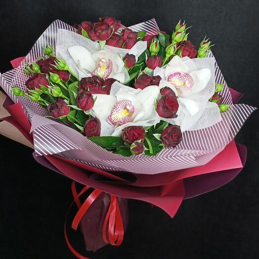 Букет из красных кустовых роз и белых орхидей