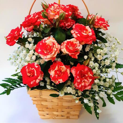 Корзиночка с кустовыми розами