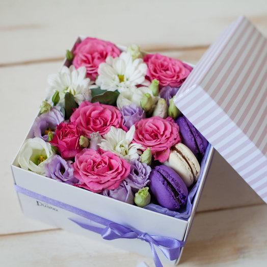 Коробочка с цветами и макарунами Сладкий леденец
