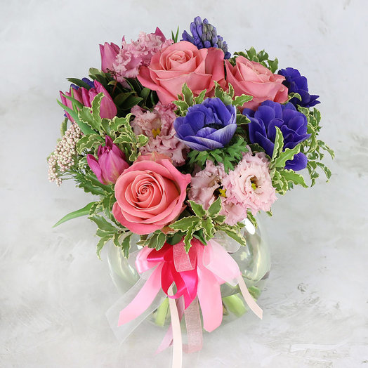 Букет из анемонов, роз и гиацинтов