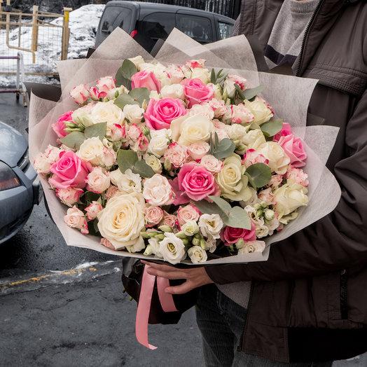 Микс из роз, кустовых роз, эустом и эвкалипта: букеты цветов на заказ Flowwow