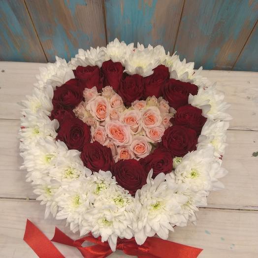 Круглая композиция в виде сердце с киндером: букеты цветов на заказ Flowwow