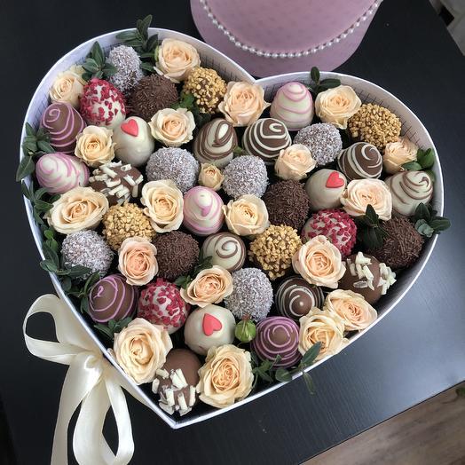 Коробка Сердце с клубникой в  шоколаде и цветами