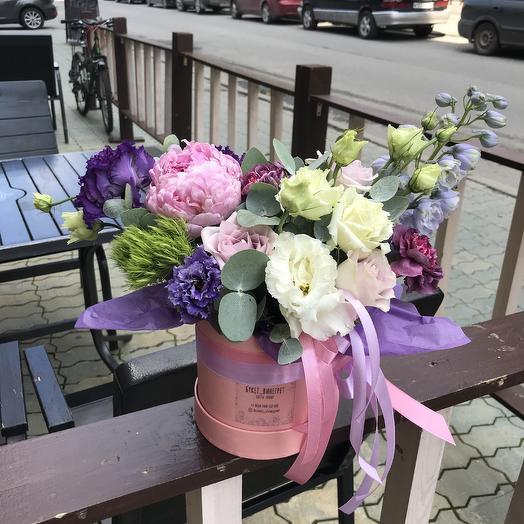 Коробочка шляпная с пионом и дельфиниумом: букеты цветов на заказ Flowwow