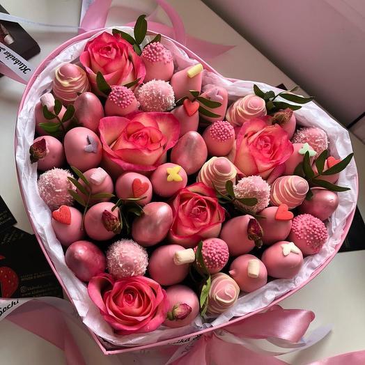 Коробка сердце с Розами и клубникой в шоколаде