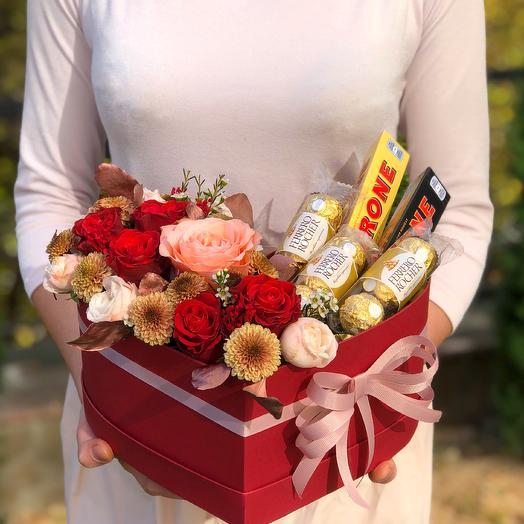 """Цветы в коробке в форме сердца со сладостями """"Несгораемая страсть"""""""