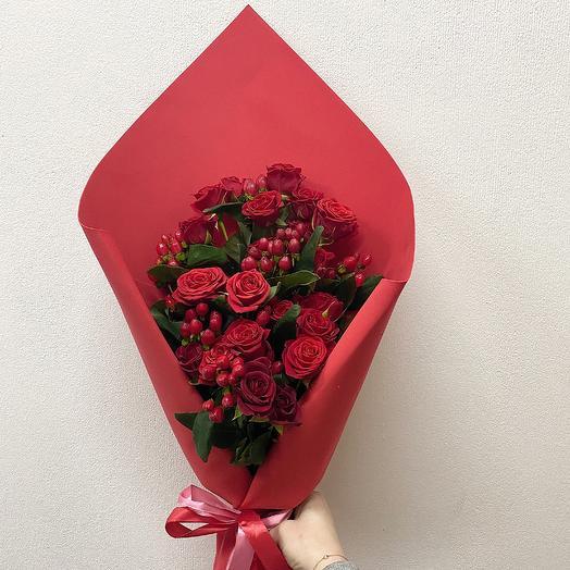 Микс из кустовых роз и гиперикума: букеты цветов на заказ Flowwow