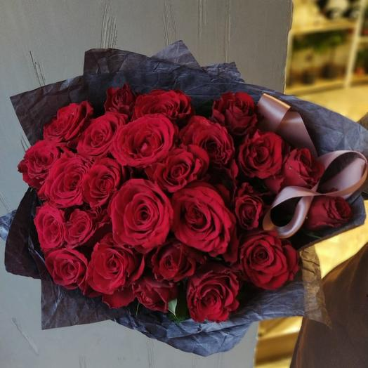 25 красных роз в жатой бумаге: букеты цветов на заказ Flowwow