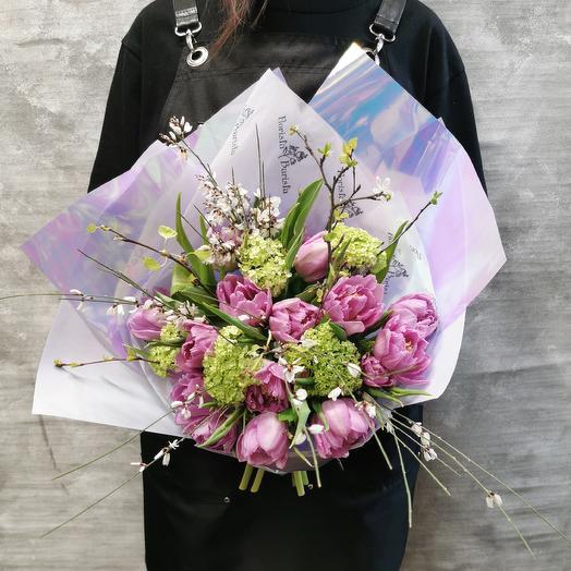 Весенний букет с тюльпанами и веточками ароматной генисты: букеты цветов на заказ Flowwow