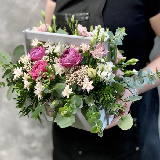 Весенний ящичек ручной работы с пионовидными розами,белыми нарциссами и кустовой гвоздикой в свежей зелени: букеты цветов на заказ Flowwow