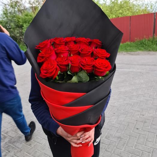 15 роз в дизайнерской упаковке: букеты цветов на заказ Flowwow