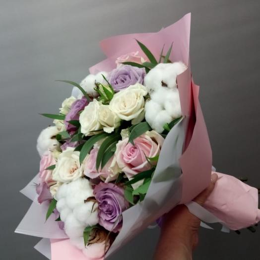 Букет из роз и нежного хлопка