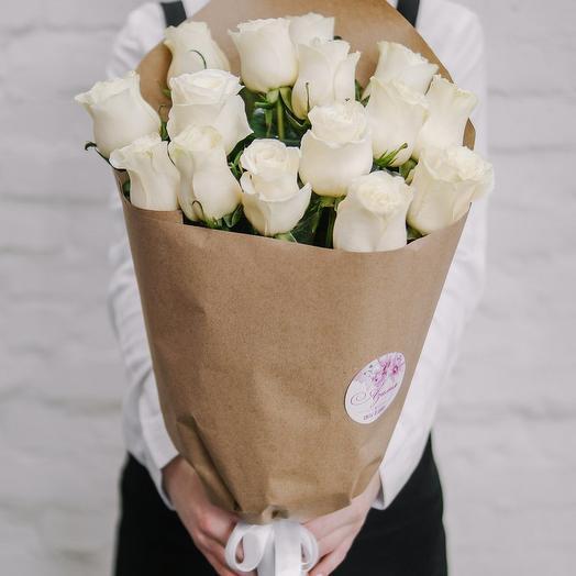 Букет из 15 роз в крафте белые