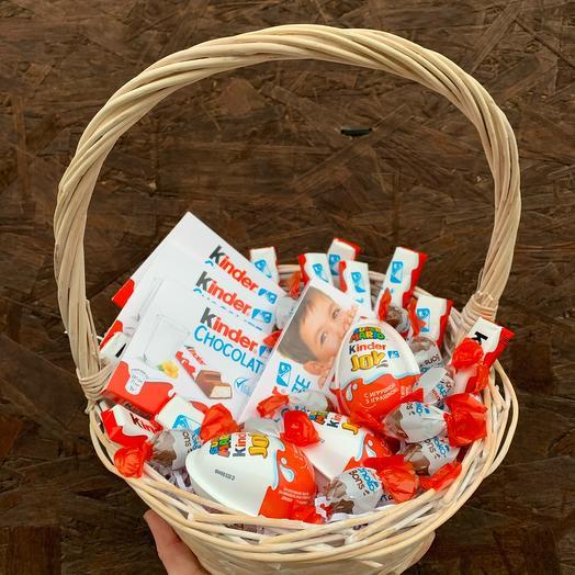 Подарочная корзина с шоколадом и сладостями «Киндер-сюрприз»