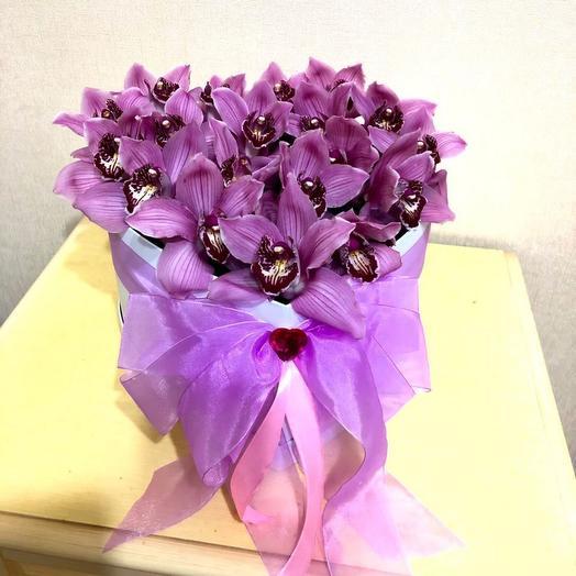 Сиреневые орхидеи в коробке