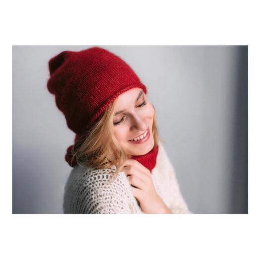 Простая пушистая шапка красная