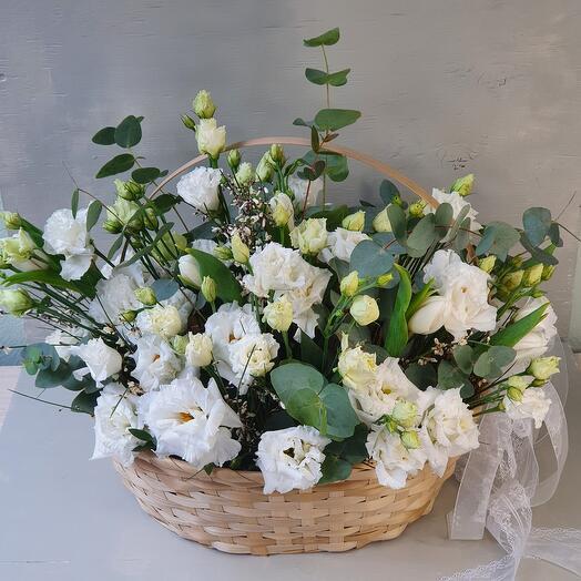 """Плетёная корзина с эустомой и тюльпанами """"Runaway Bride"""""""
