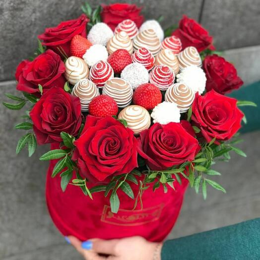 Цветы в коробке  🌹+ клубника 🍓 В шоколаде