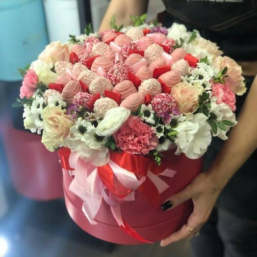 Цветы в коробке с клубникой 🍓 🌸
