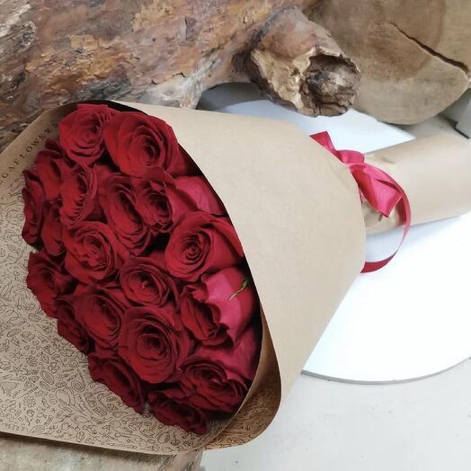 Букет из 25 красных роз в крафте