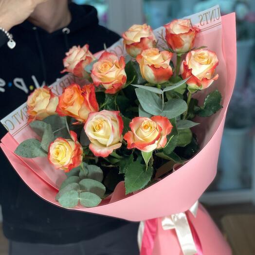Монобукет из роз с эвкалиптом
