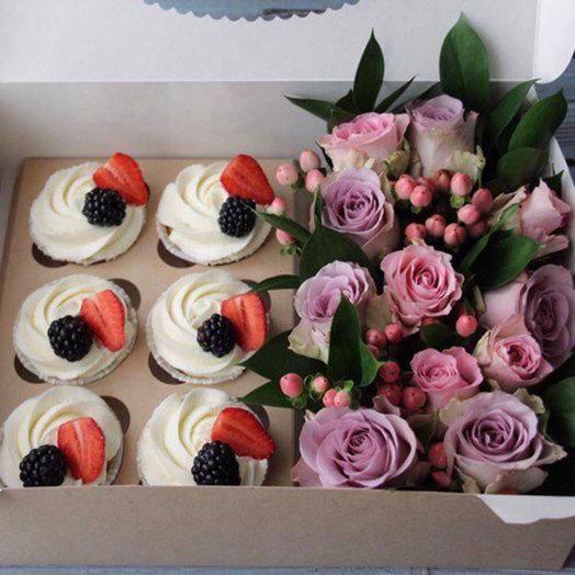 11 роз и 6 капкейков