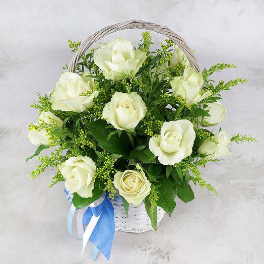 Композиция из 15 белых роз с солидаго в корзине