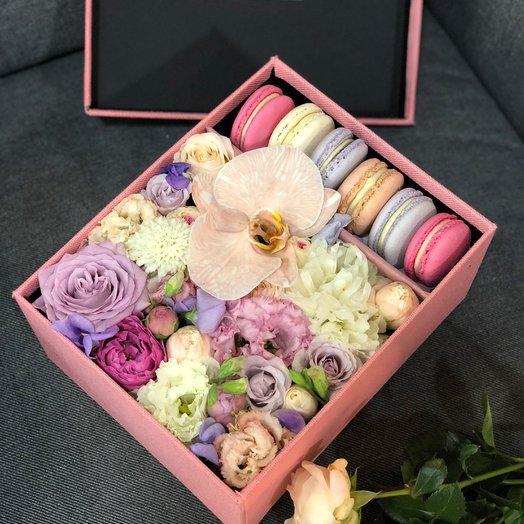 "Коробочка цветов и макаронс ""С любовью"": букеты цветов на заказ Flowwow"