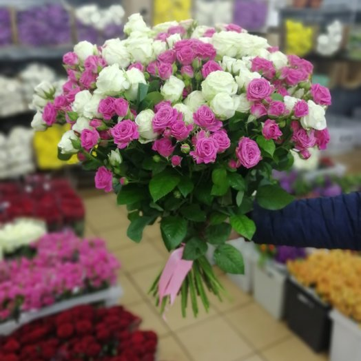 Букет из 31 кустовых роз в ленте