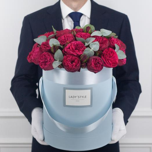 Пионовидная роза Red Piano c эвкалиптом в шляпной коробке L: букеты цветов на заказ Flowwow