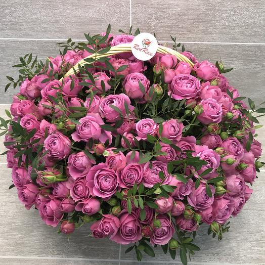 Пионовидные розы Мисти Баблс в плетёной корзине: букеты цветов на заказ Flowwow