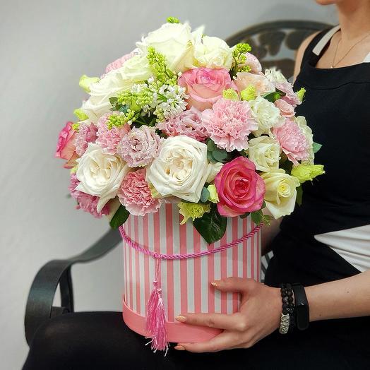 Красивая композиция из пионовидных роз, сирени в шляпной коробке