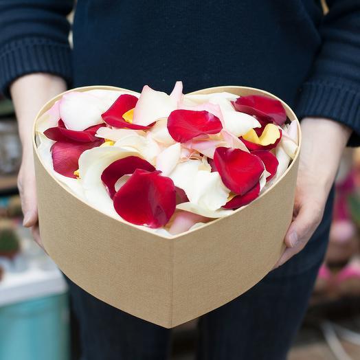 Лепестки роз в коробке-сердцем: букеты цветов на заказ Flowwow