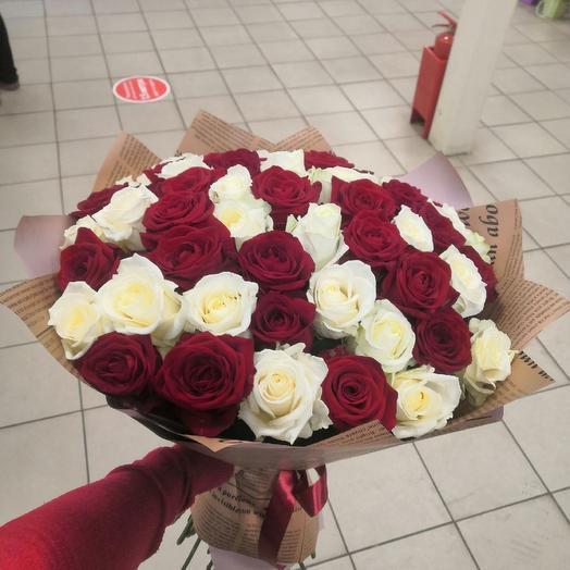 55 красных и белых роз