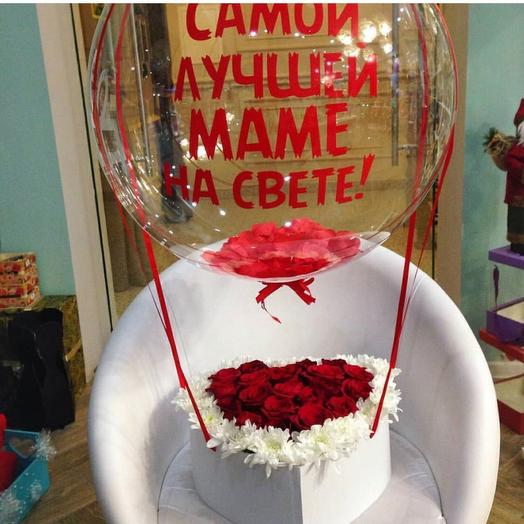 Красные розы и белые хризантемы с шаром баблс. Цветы с шаром. Букет с шаром
