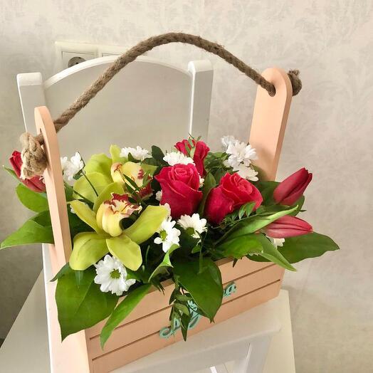 Ящик с красными розами и орхидеями