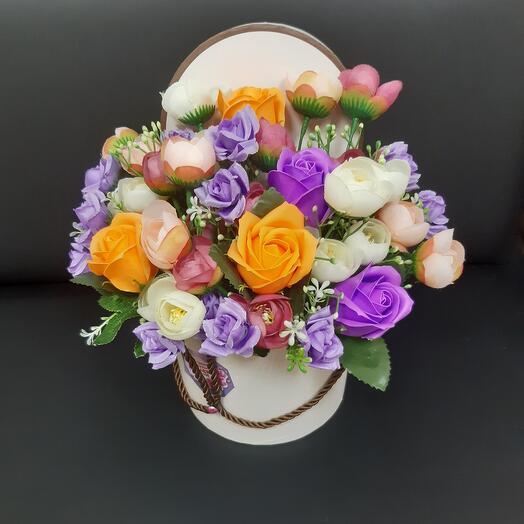 Шляпная коробочка с мыльной розой и искусственным цветком