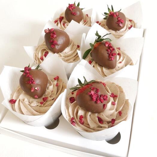 Капкейки с клубникой в шоколаде