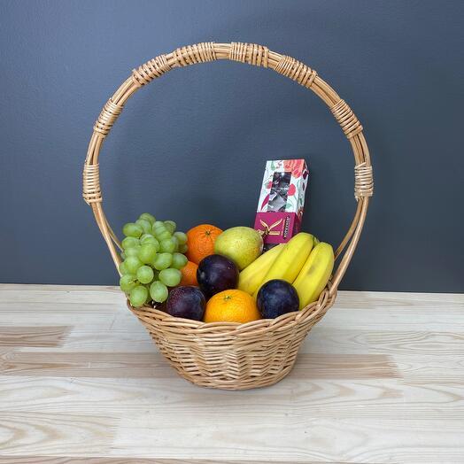 Корзина с фруктами и конфеты Коркунов