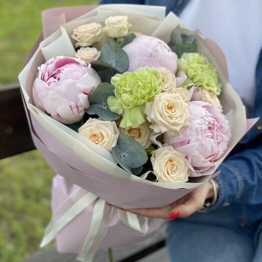 Букет Нежность пиона из пионов, кустовой розы и диантуса
