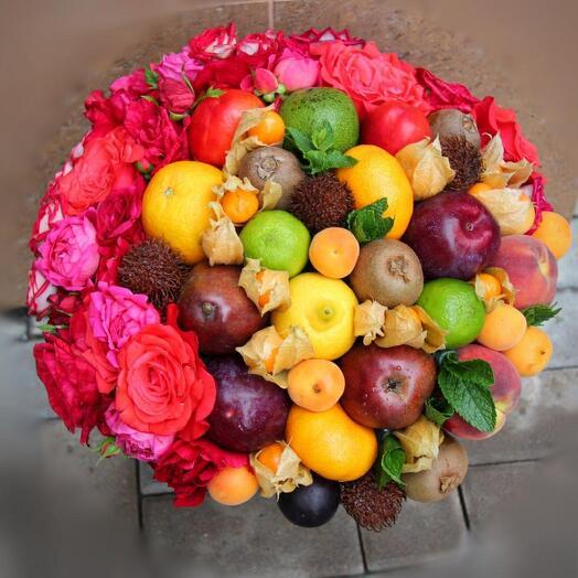 Фруктово-цветочный букет с розами