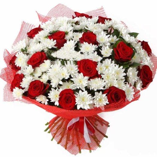 Букет из красных роз и белых кустовых хризантем: букеты цветов на заказ Flowwow