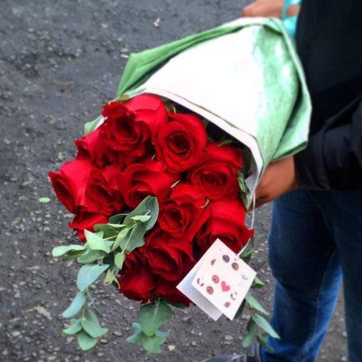 Красные розы в дизайнерской упаковке: букеты цветов на заказ Flowwow