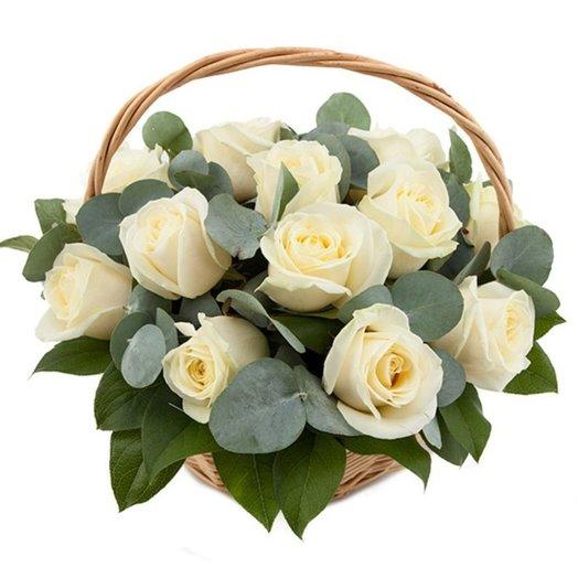 Корзина с белыми розами Белоснежка: букеты цветов на заказ Flowwow