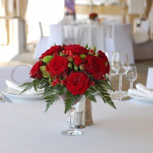 Алые розы в бокале: букеты цветов на заказ Flowwow