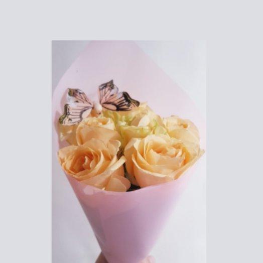 Персиковые розы с бабочкой от Floristic World.: букеты цветов на заказ Flowwow