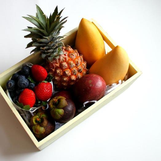 Новогодний набор с экзотическими фруктами и ягодами: букеты цветов на заказ Flowwow